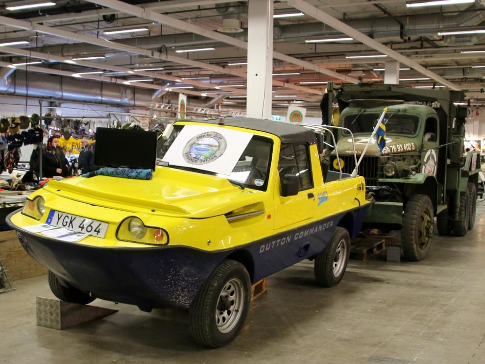 Och en underlig gul bil bryter tvärt av det militärgröna.  En Dutton Commander amphibiebil.