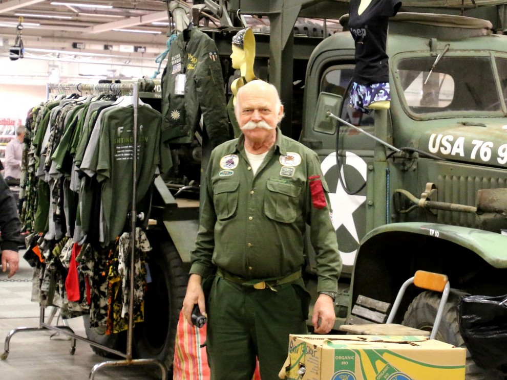 Terräng-Axel på plats med massor av militaria från lastbilar till litteratur.