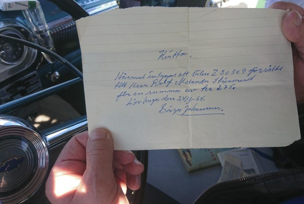 Rolf Mellander visar upp kvittot som skrevs när han köpte 53´an i Lövberga 24/6 1964. Det är just sådana här saker och historier som berättats om Plan 53 som gör historien om bilen så häftigt komplett.