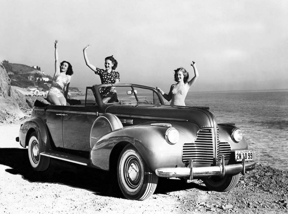Badtjejer i Buick Century 1940. Stora furdörrars öppna bilar var inte längre så populära, bara 194 stycken gjordes av Century Sport phaeton somm den hette. Efter 1941 ströks denna karosstyp från utbudet