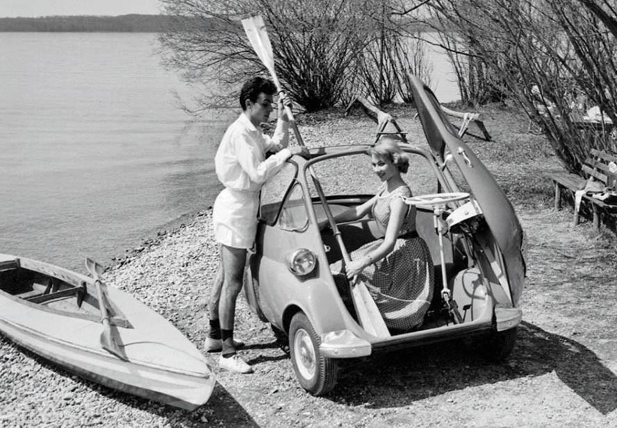 Klart att kanot och paddel får plats när man har en Heinkel rollerkabine