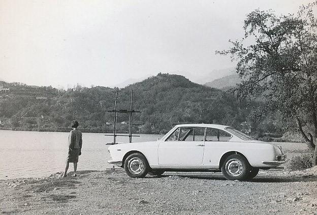 Folktomt på stranden, men det spelar ingen roll när man kör Lancia Flavia.