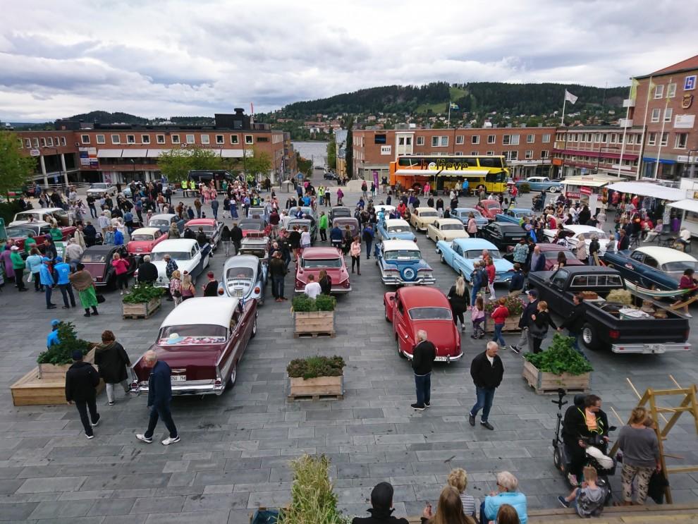 Jemtlands Veteranbils Klubb arrangerar årligen ett Damrally där kravet är ett fordon minst 30-år och tidsenlig klädsel. Ett 40-tal ekipage hade anmält sig till samling och start från Stortorget mitt i Östersund.