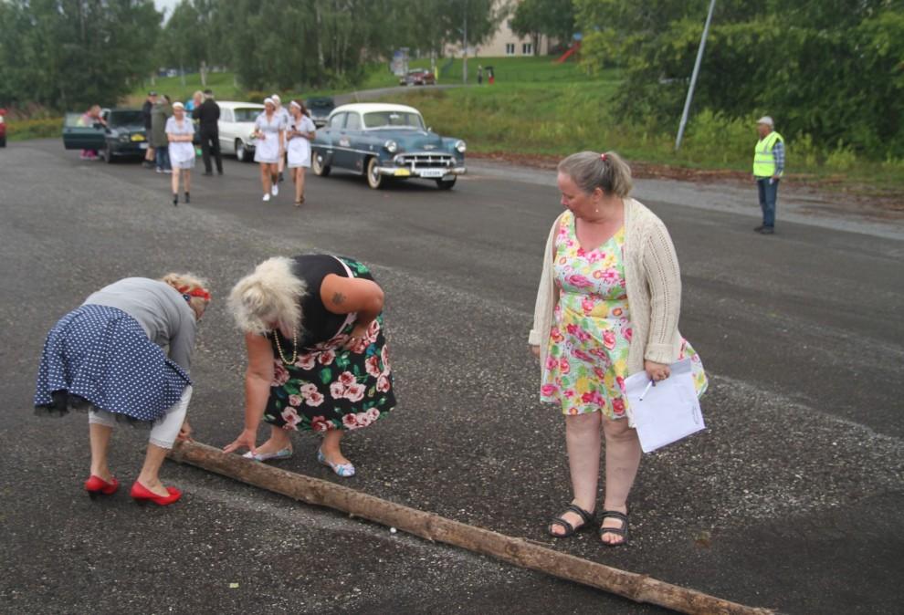 Ett av de praktiska proven längs rallysträckan. Det fanns många olika metoder att försöka säkra längden på stocken.