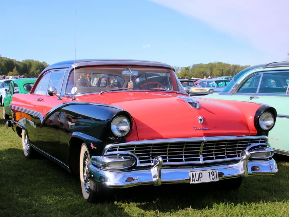 Just Ford 56:or kom det väldigt många av, som hardtop coupé kallades den Fairlane Victoria hardtop
