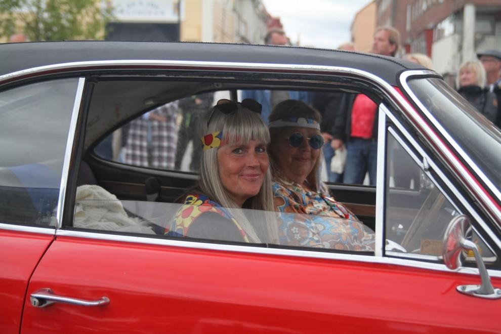 Anki Granlöf och Annika Danielsson rullade runt i Annikas Commodore i bästa hippie utstyrsel