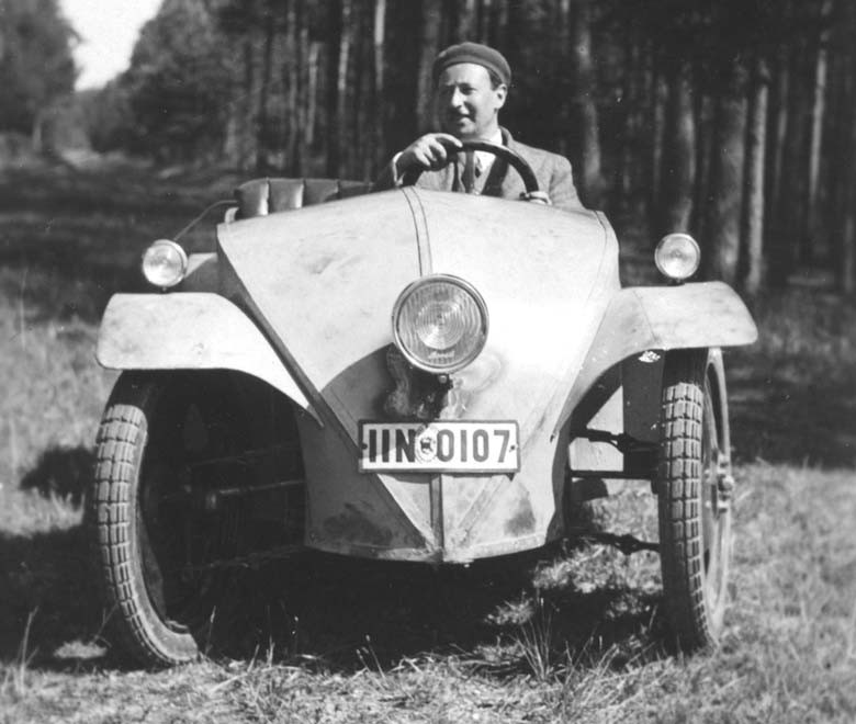 Joseph Ganz hade tidigt en idé om en folkbil, en billig bil och här är första prototypen klar 1930. Prototypen byggdes hos motorcykelfirman Ardie.