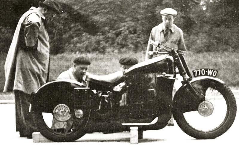 Vi börjar med en motorcykel som egentligen inte hör hemma i sällskapet, men inte desto mindre intressant. Bugatti byggde egentligen inga motorcyclar och detta är bara en testbädd. För det intressanta är motorn, ett litet mästerverk från Bugatti.  Blott 360cc, fyra cylindrar, 16 ventiler, dubbla kamaxlar och kompressor!  Den var tänkt att sätta i en liten billig bil kallad typ 68, som gjordes i ett enda exemplar.