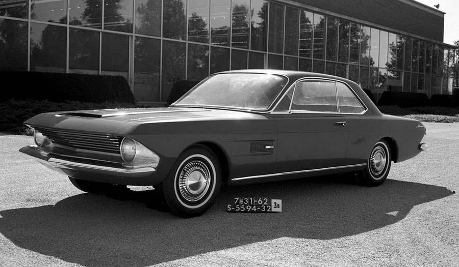 Juli 1962 och formen är långt ifrån klar. Men man gjorde i alla fall en fullskalemodell och drog ut den i ljuset för att betrakta.