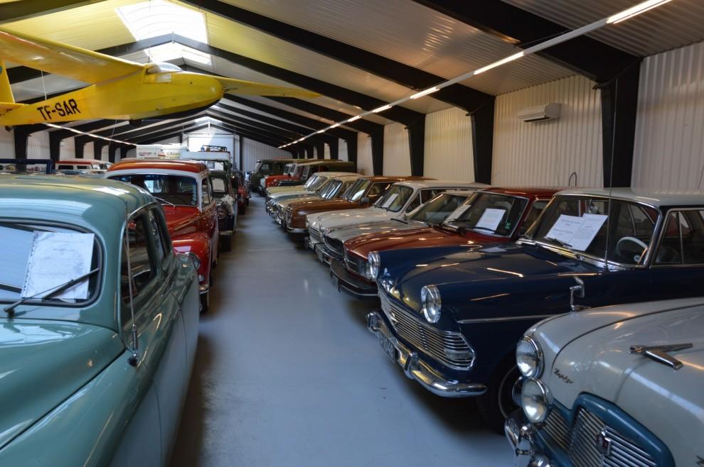 Blandningen av bilar är väldigt intressant. Här står Ford Zephyr, Opel Rekord, Saab 99, Honda Accord, och Wartburg 353 sida vid sida. Alla sålda nya på Island.