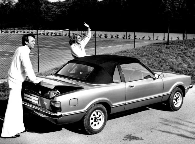 Ford Cortina cabriolet, en ovanlig syn vid tennisplanen, eller någon annanstans heller för den delen.  Crayford hette firman som tog av taket på de flesta modeller under 70-talet.