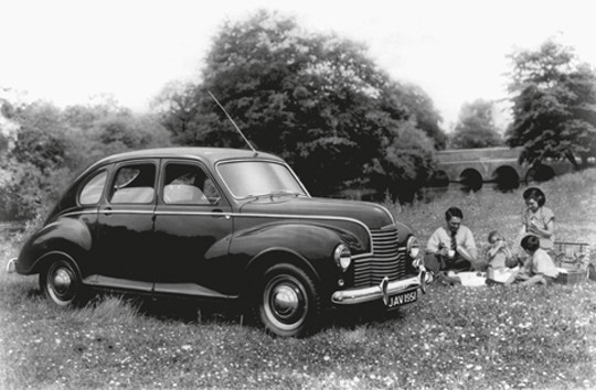 Okonventionella Jowett Javelin ,klarade sig inte i racer mot Austin och Morris, men var en rymlig modern bil med plats för familj och picnickorgar.