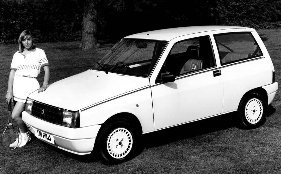 Fila marknadsförde sig hårt med sportkläder under 80 och 90-talet.  Och Lancia Y10 gick att få i en sportig och trendigt vit Fila edition.