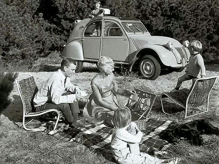 Familjeutflykt med 2CV, och stolarna går ju fiffigt nog att ta ur också.
