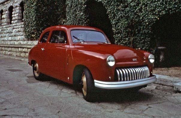 Vapenfabrikören Giuseppe Beretta, mc-konstruktören Giuseppe Benelli och racerföraren Luigi Castelbaco slog sig ihop att bygga en småbil efter kriget.  Benelli konstruerade en V-twinmotor på 20 hästkrafter.  Tre bilar gjordes.