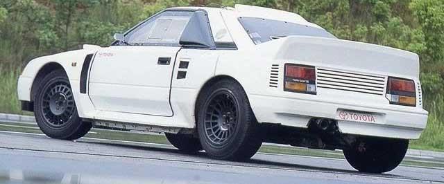 Det är 1985 och Toyota ville in i rallyvärlden, och det med besked. För grupp S som skulle ersätta grupp B, bygge Toyota ett monster på lilla MR2.  Med 750 hästkrafter på lika många kilo och fyrhjulsdrift kunde den nog hävdat sig bra. Men grupp S kom aldrig realiseras de två eller tre provbilar man byggde kom aldrig att tävlas med.
