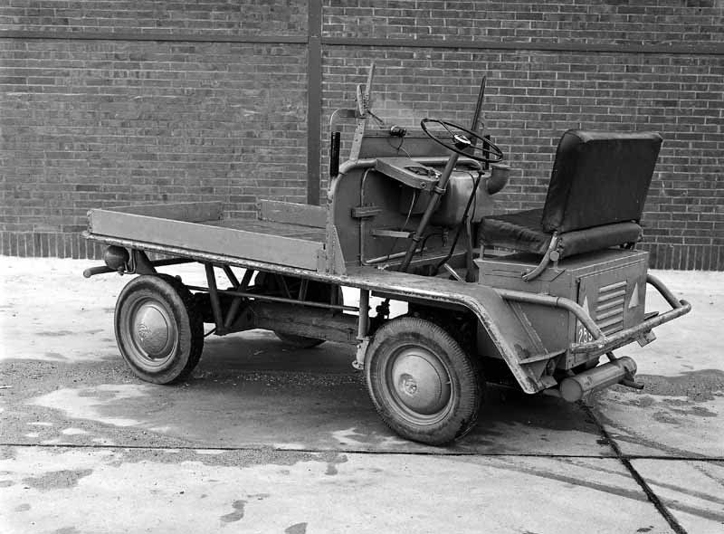 Det var så här det började. Dessa 'Plattenwagen' sattes ihop av överblivna kübelwagendelar för internt bruk. Men idén till en transportbil föddes ur denna enkla motoriserade kärra.