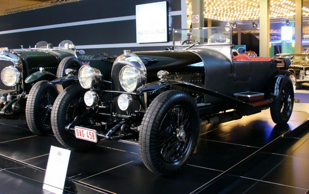 Bentleys första modell hette rätt och slätt 3litre. En treliters fyra med överliggande kam och 16-ventiler. topp, block och vevhus var en separat enhet.  85 hästkrafter låter inte mycket men det var det 1921. Det räckte till att få upp bilen i den magiska siffran 100mph.