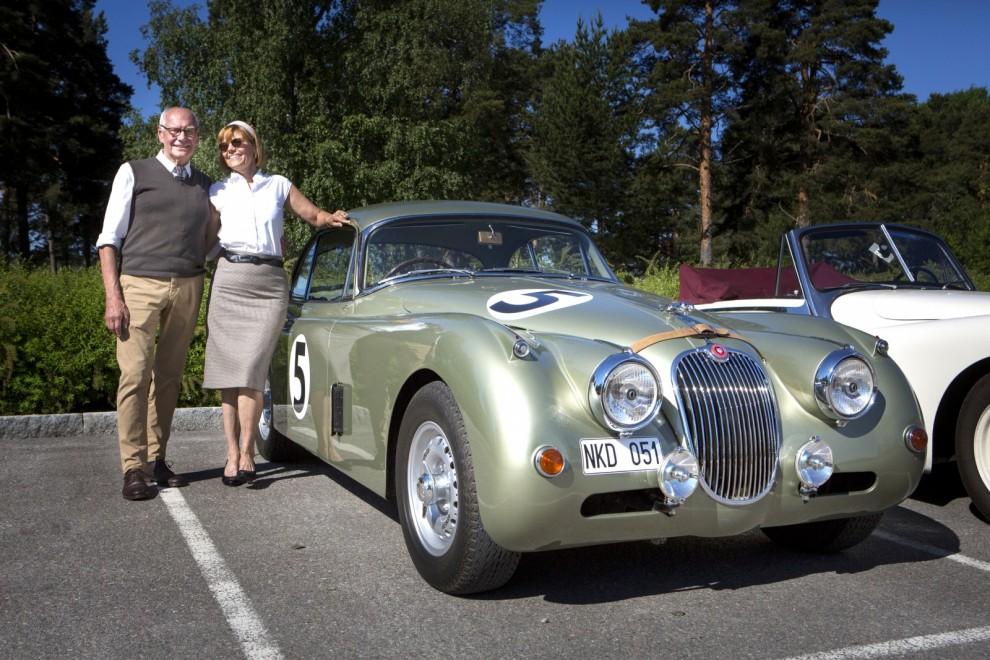 Tage och Ylva Bålefalk, Bollnäs. Jaguar XK150S, 1959 Tage:  – Den stod i ett cykelskjul i Gävle. Jag har bytt massor av plåt, egentligen nederdelen runt hela karossen. Det tog tre år. När överväxeln lade av bytte jag till en modern femväxlad låda. Nu går den helt perfekt på långresa.  Ylva: – Kulören heter Olivia Verde, egentligen en Aston-färg. Men den passar karossen perfekt. Vi vill ha den lite rejsig i stilen. Gemenskapen mellan Jaguarfolk är stor och vi har väldigt trevligt när vi är ute med vår bil. Själv kör jag en E-Type V12. Man kan inte tröttna på Jaguar, det är fantastiska bilar.