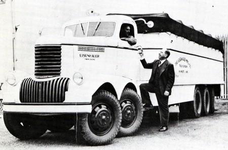 Ett monster från Eisenhauer 1947.  Prototyp för en 20 tons lastbil med två Chevroletsexor - ovanpå varandra!