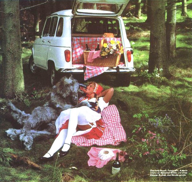 Rödluvan och vargen vänslas i skogen. Har dom lånat renaulten av mormor?