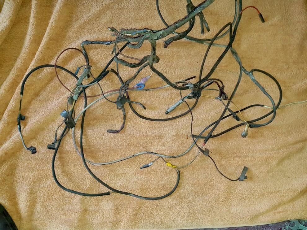 Elsystemet är en bedrövlig syn. Varför använda eltejp när man kan använda packtejp, frystejp och annat? En hel del kablar ledde ingenstans - i någon ände! Hur någonting alls har funkat i bilen är otroligt...