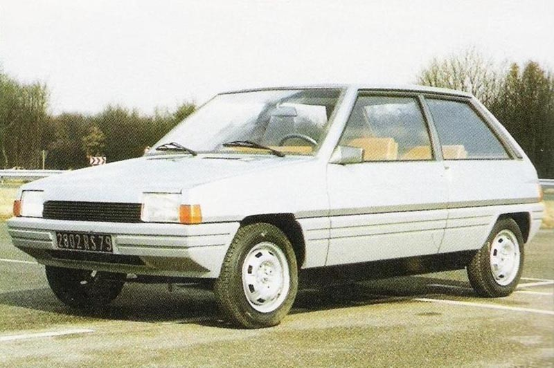 En mini-BX från Citroën? Nej P140 var Renaults projekt för att ersätta femman. Supercinque kallades den och man påbörjade arbetet redan 1978. Renault 5 fick ett ganska långt liv så den här blev istället föregångare till Clio.