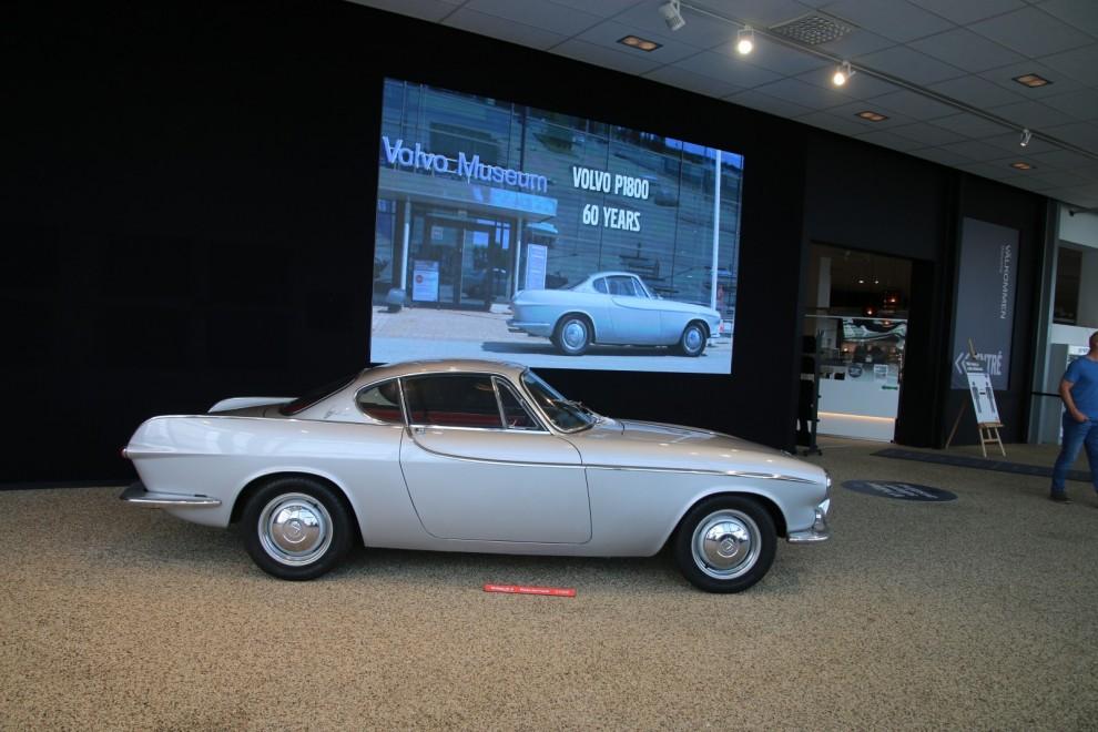 I entrén står Pelle Pettersons egen P1800 - den kände designern hälsar även välkommen till utställning på videoskärmen.