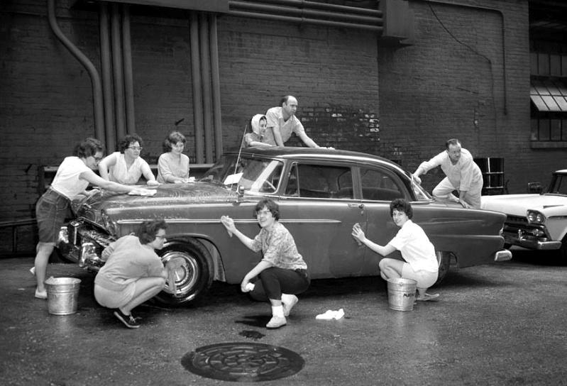 Hur många personer behövs det för att tvätta en Plymouth 1955?
