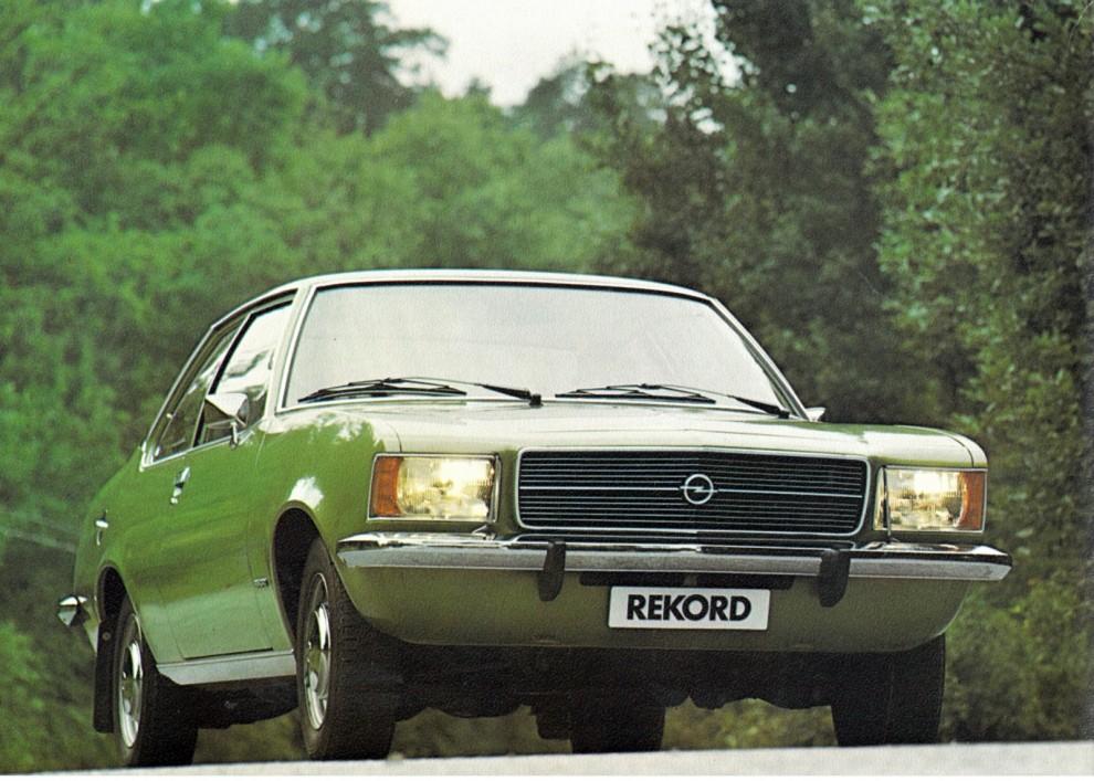 Tvådörrars Opel Rekord sedan från 1973.