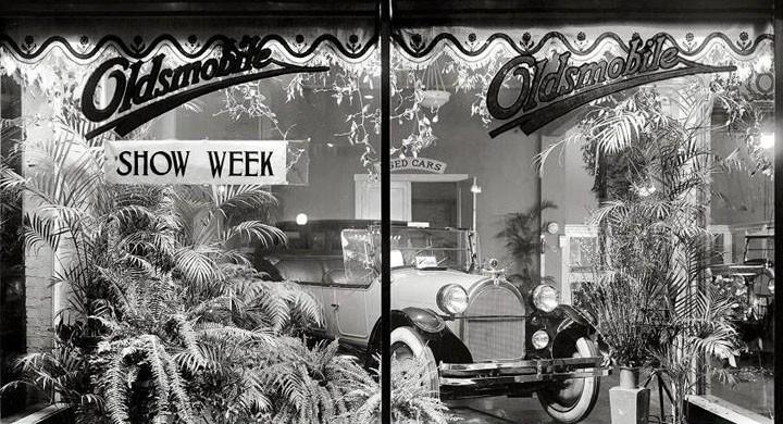 I ett skyltfönster 1922