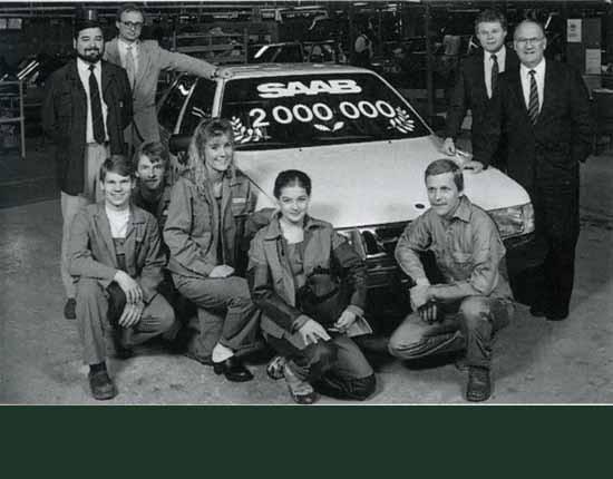 1987 nådde man den andra miljonen, en SAAB 9000 som här blir uppvaktad av montörer och direktörer.