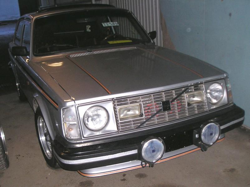 242GT var ett slags svar på Saab turbon, fast utan Turbo. En ganska påkostad Volvo med bland annat ventilerad skivbromsar och pirellidäck. I USA såldes de enbart i silver med dessa orange-svarta stripes.
