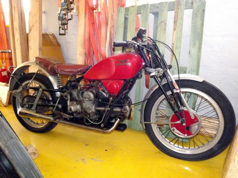 Inte bara bilar, en sällsynt Moto Guzzi från 1939 har också tagits i nyligen.
