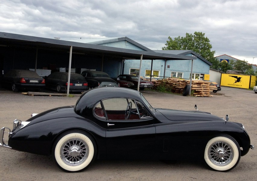 Jaguars sportbilar sålde också i stor upplaga i USA,  denna fina XK120 coupé kom in i september.