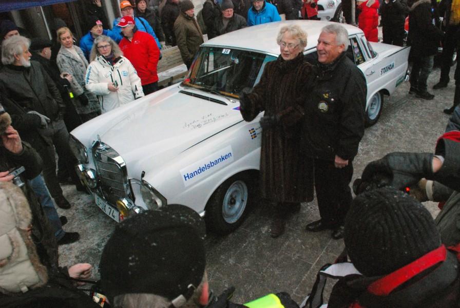 """Åke """"Bryggarn"""" Andersson tillsammans med Ewy Rosqvist. """"Bryggarn"""" kör en replik på Ewys Mercedes-Benz 220 SE."""