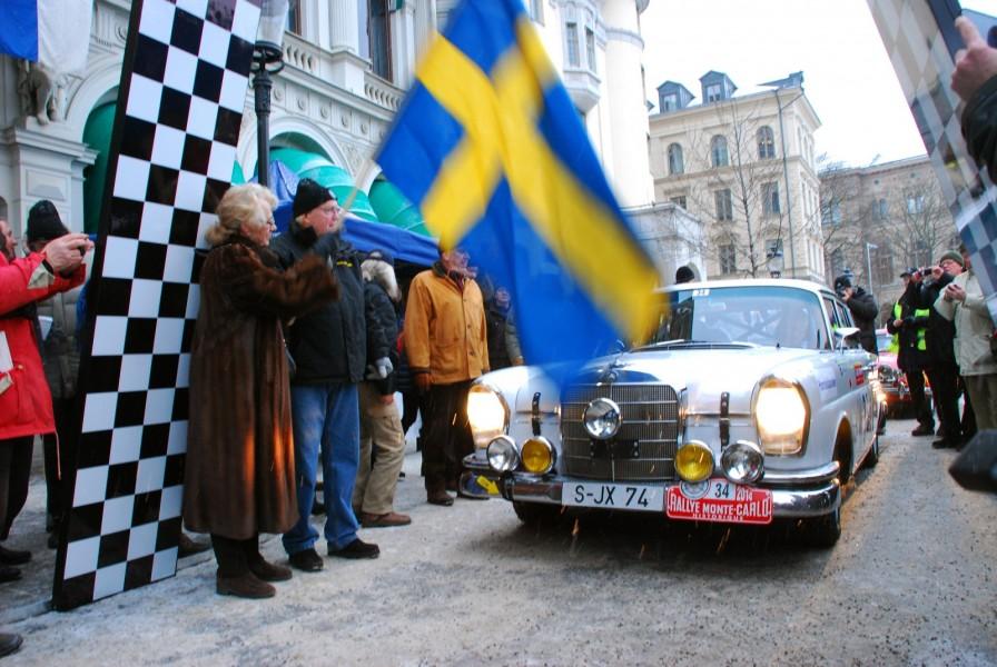 Ewy Rosqwist och Björn Waldegård vinkar av den första startande från Stockholm.