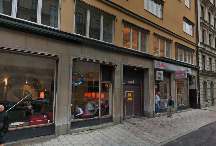 Så ser det ut i dag på Rådmansgatan 54. Skuggan av Rådings Garage finns kvar på fasaden. Bild från Google Maps.