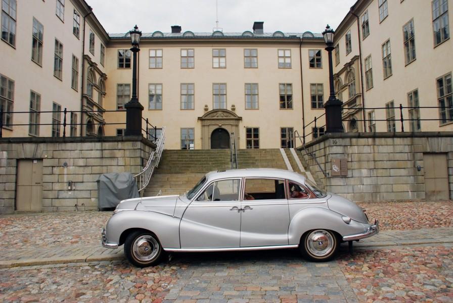 """En BMW """"Barockängel"""" stod parkerad för sig själv utanför Svea Hovrätt på Riddarholmen i Stockholm."""