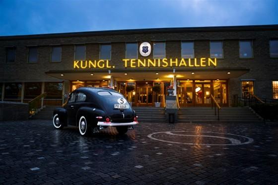 """Den 1 september 1944 öppnade en utställning som skulle bli mycket viktig för Volvos utveckling. Platsen var den då nybyggda Kungliga Tennishallen i Stockholm. Besökarna fick bland mycket annat se den nya """"lilla Volvon""""."""