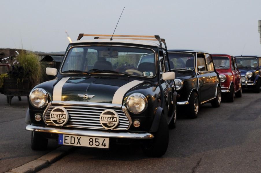 Med lite vilja lyckades åtminstone fyra bilar ställa upp sig på rad på fjällgatan på Södermalm i Stockholm.