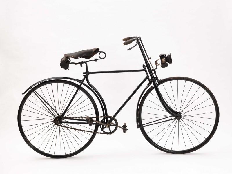 Säkerhetscykel/ Safety bicycle 1890 På 1890-talet förekom säkerhetscykeln allt oftare i städernas gatumiljö. Cykeln är en av de första modeller som tillverkades i säkerhetscykelns andra generation
