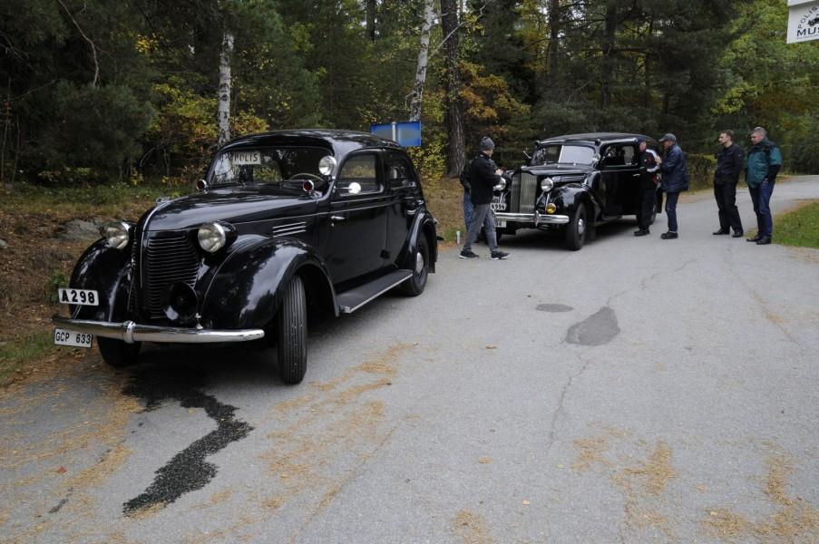 Polismuseets Volvo PV56 -39 och Packard 1701 A -39 varmkörda och något inkontinenta inför resan till sitt nya hemvist på Djurgården.