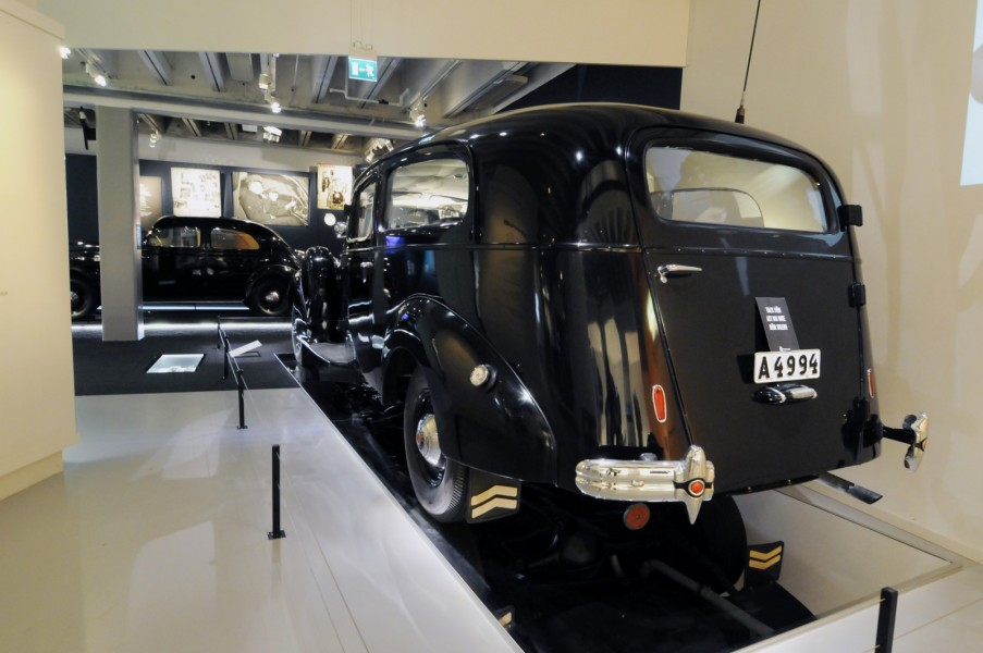 Packarden har fyra sätesrader och den bakersta är bakvänd. Där fanns också delar av polisradioutrustningen.