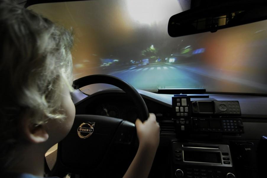 I en Volvo V70 2010 får små och stora besökare pröva på hur det känns att köra en polisbil under utryckning en natt på Södermalm i Stockholm.