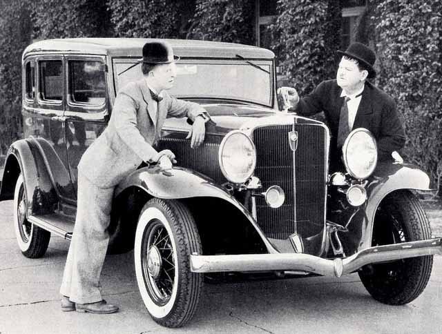 Stan och Oliver med Studebaker