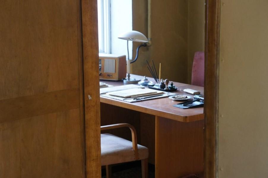 Men inne på kontoret var det som vanligt svalt och tyst.
