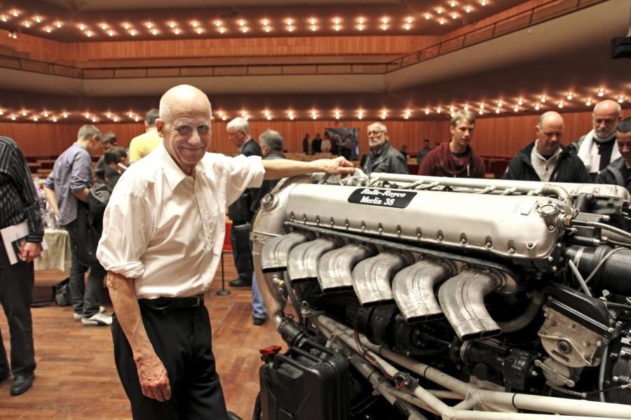 I tretton år reste Per Gillbrand runt och visade sina fantastiska fungerande minimodeller av motorer. Men finalnumret på den allra sista föreställningen i Berwaldhallen var allt annat än liten i cylindervolym räknat. Då startade Per Gillbrand en 27-liter stor Rolls-Royce Merlinmotor.