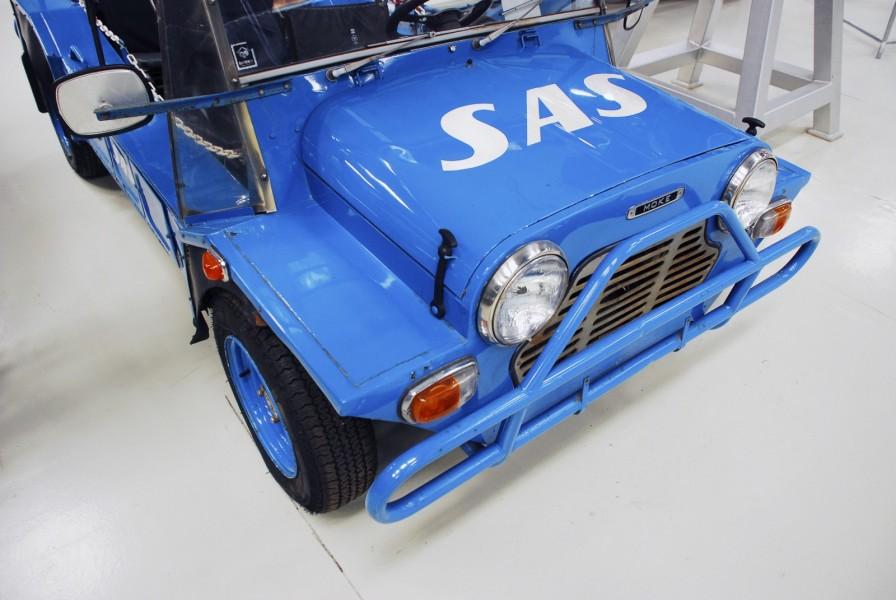 Även på motorhuven finns en stor SAS-logotyp.