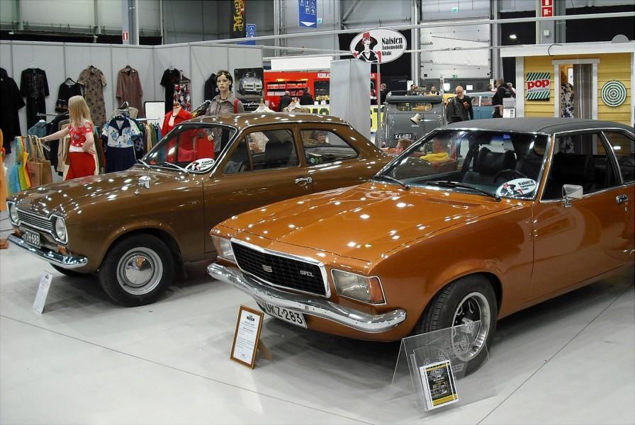 Damernas Automobilklubb visade upp design och mode från 70-talet samt två tidstypiskt bruna bilar anno 1973, en Ford Escort 1300 och en Opel Commodore Coupé.